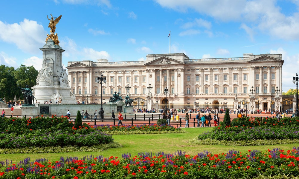 This image has an empty alt attribute; its file name is london-travel-guide-buckingham-palace.jpg